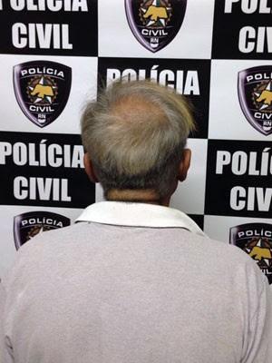 Segundo a polícia, suspeito tem 67 anos, é comerciante e administrador de um site pornô (Foto: Wellington Guedes/G1)