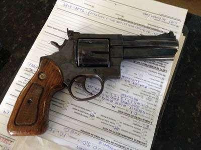 Com ela, foi apreendido um revólver calibre 38 com numeração raspada e sem munição (PRF/Divulgação)