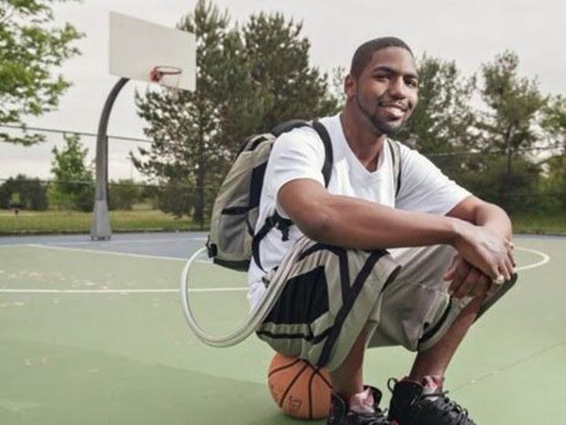 Stan Larkin na quadra de basquete, com o coração artificial e o Freedom Driver em uma mochila (Foto: Universidade de Michigan/Divulgação)