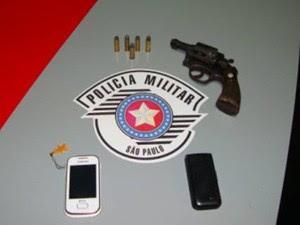 PM apreendeu arma usada no crime no Jardim Esplanada em São José dos Campos (Foto: Divulgação/ PM)