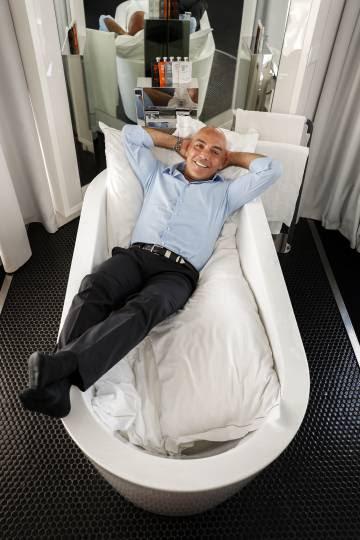 Kike Sarasola, en una de las habitaciones del hotel Óscar de Madrid.
