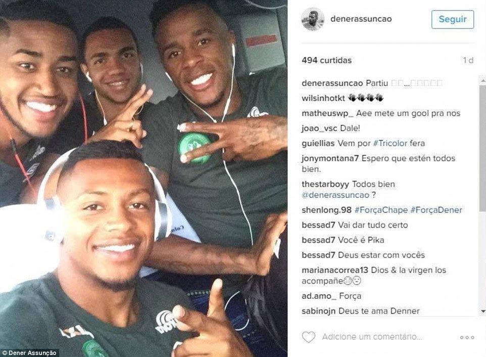 Chapecoense lateral-esquerdo Dener Assunção postou esta imagem de jogadores em um vôo em sua conta no Instagram