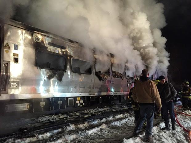 Composição em chamas após a batida nos Estados Unidos. Seis pessoas morreram (Foto: Frank Becerra Jr/The Journal News/AP Photo )