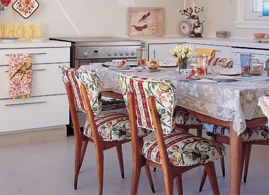 Decoracion mezclando estilos en el comedor blog y for Sillas tapizadas estampadas
