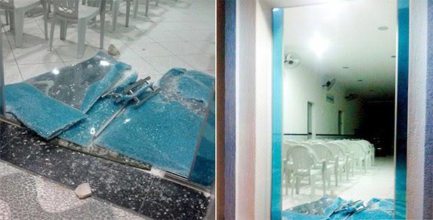 Portas da igreja foram estilhaçadas a pedradas  (Foto: Divulgação/PM)