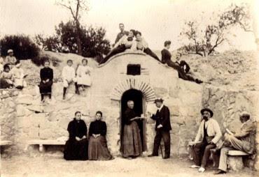 Señora ofreciendo un vaso de las aguas minerales a un cliente entre 1904-1906 (fotografía cedida por Eladio González).