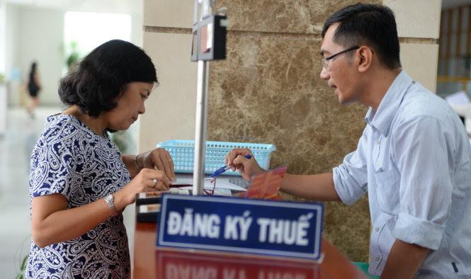 Người dân tìm hiểu các thông tin về thuế tại cơ quan thuế