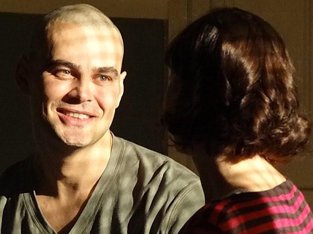 Fernando confunde Regina com Miriam (Foto: Amor Eterno Amor/TV Globo)