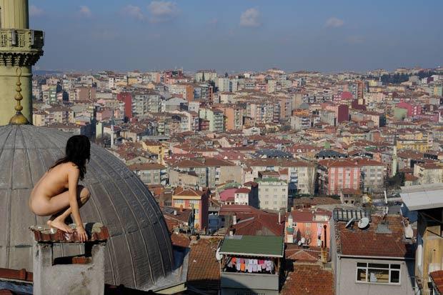 Miru Kim posa nua em Istambul, na Turquia. (Foto: Miru Kim/Barcroft USA/Getty Images)