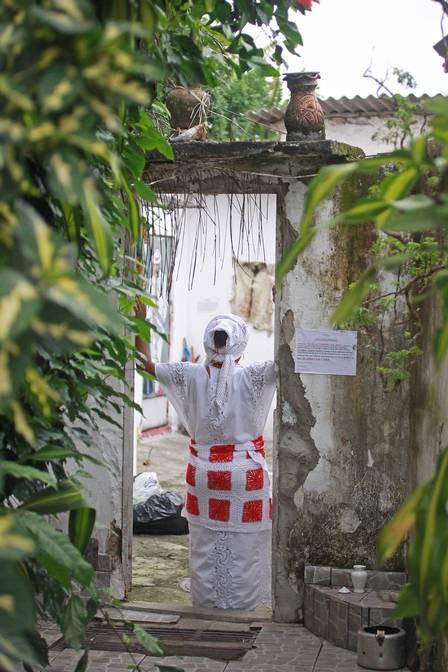 Mãe de santo: proibida de circular na favela com as