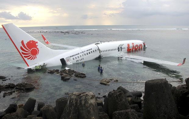 Avião pousou na água com mais de 100 pessoas a bordo em Bali (Foto: AP/Polícia da Indonésia)