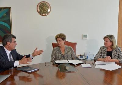 Dilma durante reunião com a Comissão Mista do Congresso dedicada aos empregados domésticos, no Palácio do Planalto, com relator da comissão, senador Romero Jucá, à esquerda e a ministra da Casa Civil, Gleisi Hoffmann, à direita (Foto: Wilson Dias/ABr)