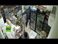 """Esta empleada expulsa """"a escobazos"""" a un ladrón armado en Rusia"""
