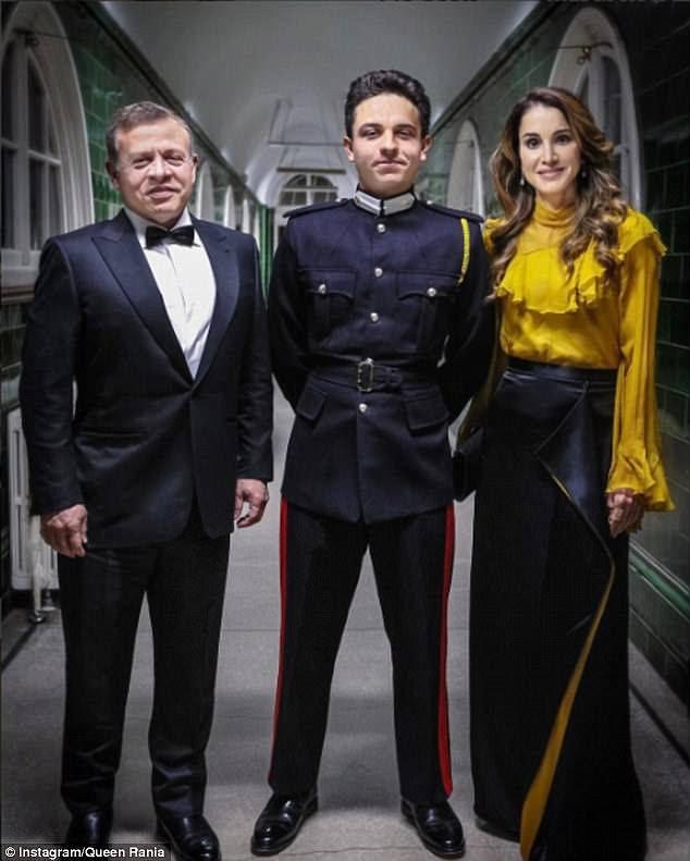 Surgiu que o príncipe herdeiro Hussein havia se matriculado em Sandhurst depois que seus pais compartilhavam uma imagem deles visitando-o para um jantar de companhia no início deste ano