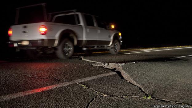 Brecha en la carretera por el temblor.