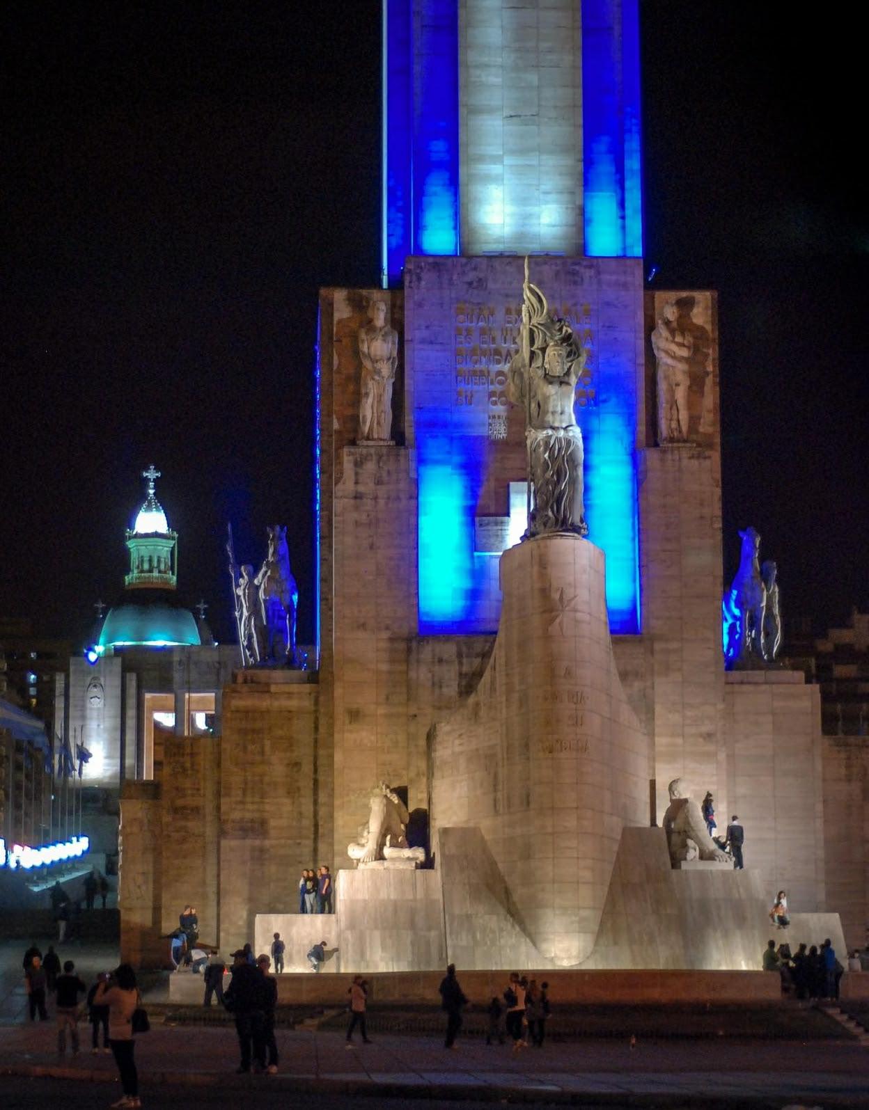 Noche en el Monumento a la Bandera | pic in comment