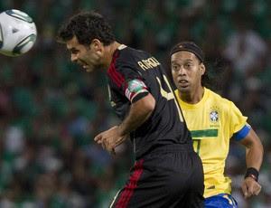 ronaldinho gaúcho rafa marquez brasil x méxico (Foto: AP)
