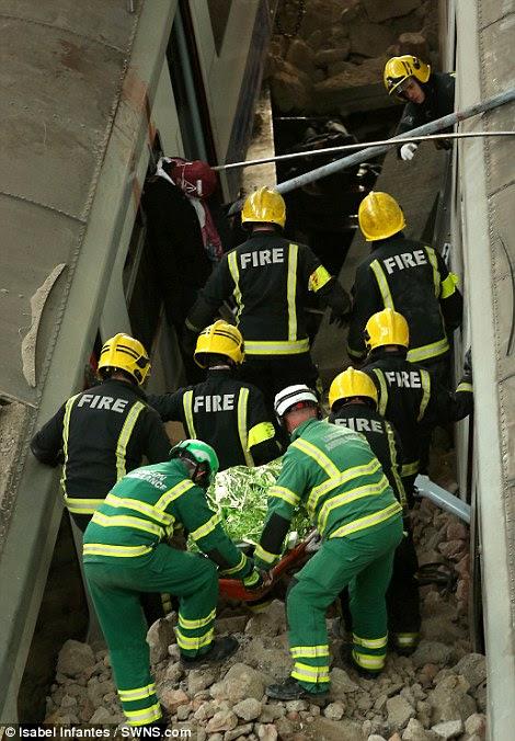 Ταχείας αντίδρασης: Φωτιά και ασθενοφόρο πληρώματα εργάζονται μαζί για να αφαιρέσετε ένα σώμα