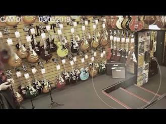 Cámaras de seguridad graban un fantasma en una tienda de guitarras