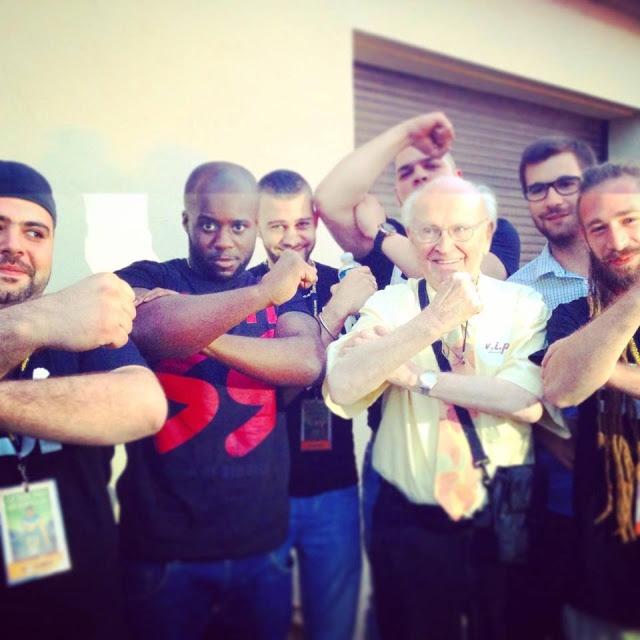 Ousman (avec son T-Shirt anti SS), le négationniste Robert Faurisson et leurs amis faisant le bras d'honneur, distingué symbole du label de Mathias Cardet.