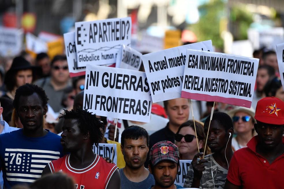 Com cartazes que pedem mudança na postura do governo espanhol com relação a acolhida de refugiados, milhares de pessoas protestam em Madri (Foto: GERARD JULIEN / AFP)