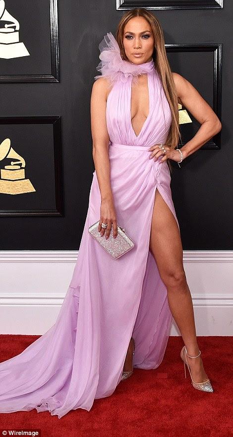 Encantadora em lilás: A estrela de 47 anos brilhou muitas pernas em um vestido Halterneck Ralph & Russo com fenda de coxa alta