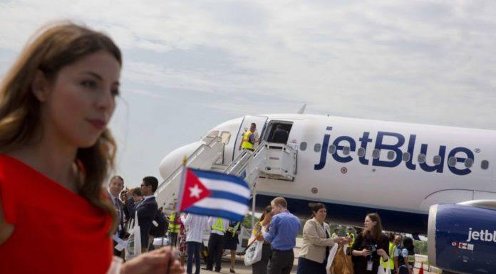 Hành khách từ chuyến bay JetBlue 387 bước xuống sân bay Santa Clara, Cuba, hôm Thứ Tư 31 tháng 8, 2016. (Hình: AP /Ramon Espinosa)
