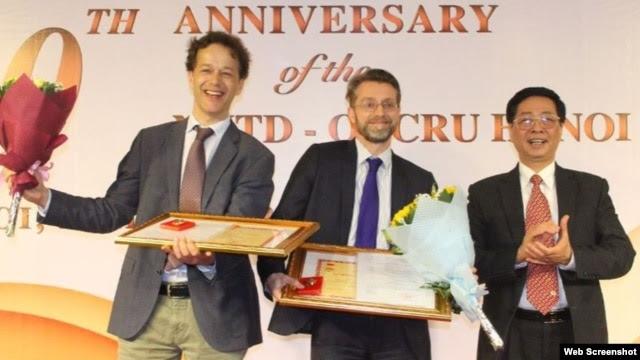 Giáo sư Peter Horby và Heiman Wertheim đã được trao huy chương của Bộ Y tế Việt Nam vì đóng góp cho sức khỏe Người dân. Ảnh chụp màn hình trang web ox.ac.uk