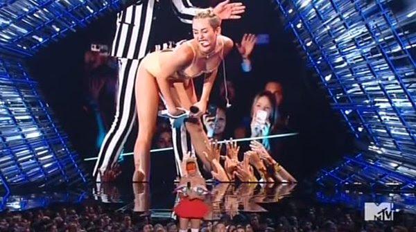 De acordo com Miley, o impacto que teve sobre o VMA é quando ela se tornou # 1 Sex Kitten da América quando ela chegou atrevido com o cantor velho Robin Thicke-ass.
