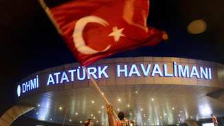 Un home agita una bandera turca davant de l'aeroport d'Istanbul (Reuters)