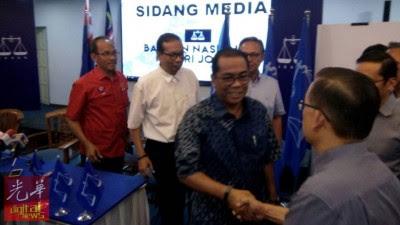 卡立离开记者会前,与出席者握手。