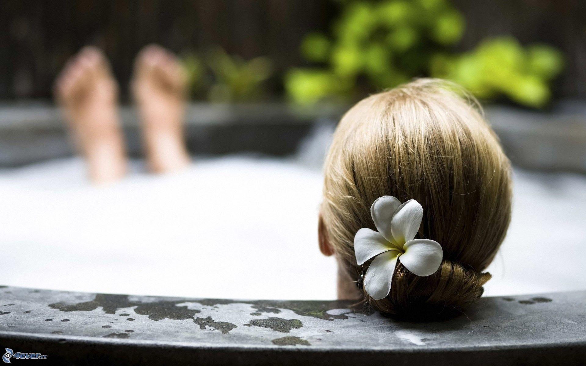 mujer en una bañera bilaketarekin bat datozen irudiak