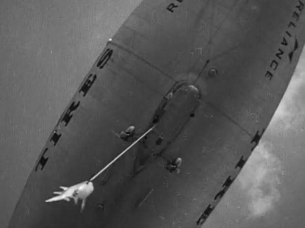 Tubarão pescado é erguido até dirigível nos arredores de Miami, nos EUA (Foto: Smithsonian.com/Reprodução)