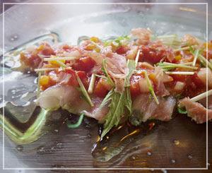 ボリュームたっぷりカルパッチョ。白身魚と生ハムの組み合わせって良いのだなあと。