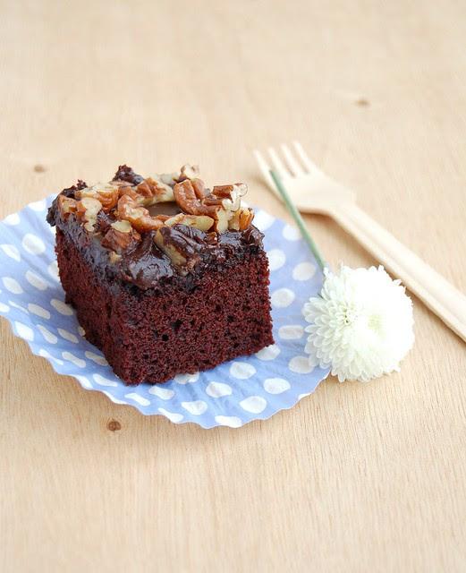 Texas sheet cake / Bolo de chocolate com cobertura de chocolate e pecãs