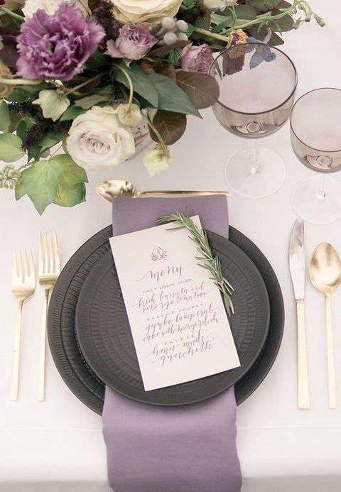 ein Lavendel Serviette Echos mit den Blüten in der Anordnung und dunkelgraue Platten vergleichen Sie