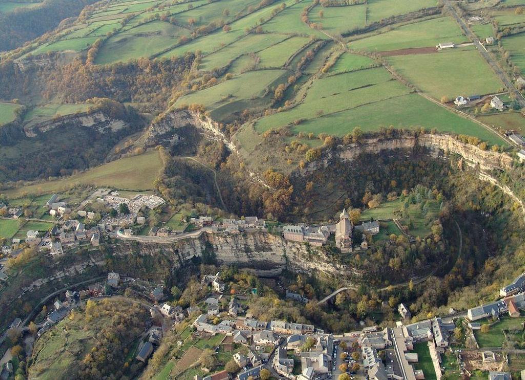 Bozouls: Uma cidade francesa empoleirada acima de um buraco 03