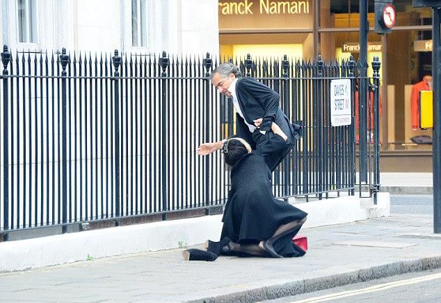 Daphne, em seguida, caiu de lado a pé depois que ela caiu fora de seus £ 10.000 sapatos de salto-menos