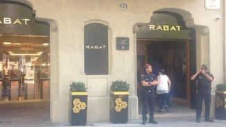 Agents dels Mossos a la porta de la joieria Rabat (Marc Jurado)