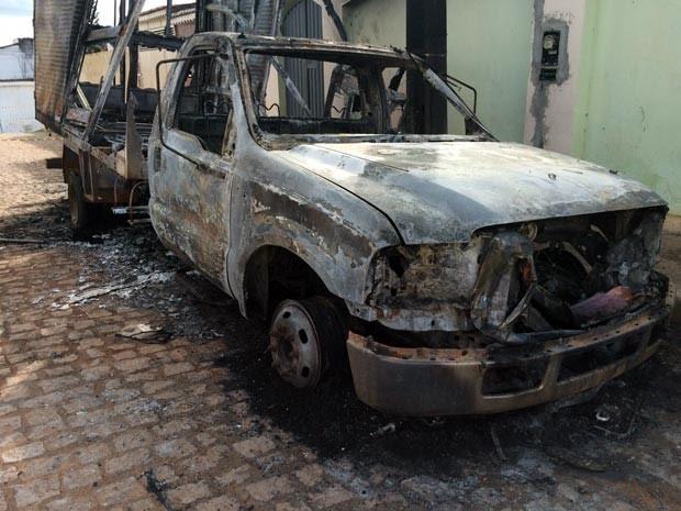 Carro do prefeito de Pindobaçu foi incendiado na madrugada desta terça-feira (Foto: Jairo Silva Júnior/Arquivo pessoal)