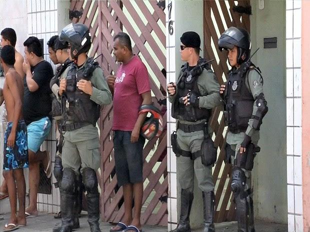 Um dos suspeitos de assalto fugiu sem ser ferido e é procurado pela polícia, diz delegado (Foto: TV Verdes Mares/Reprodução)