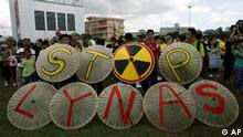 "Malaysian protesters display umbrellas with words reading ""Stop Lynas"" during a protest against a rare earth refinery being built by Australian miner Lynas amid fears of radioactive pollution in Kuantan, eastern Malaysia, Sunday, Feb. 26, 2012. (Foto:Lai Seng Sin/AP/dapd)"