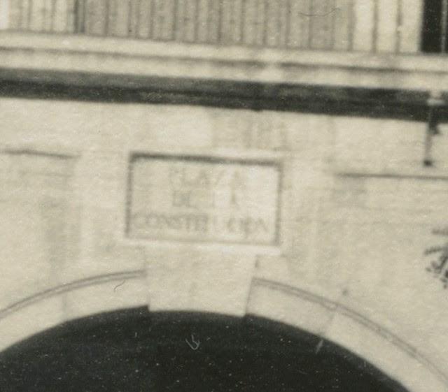 Letrero de Plaza de la Constitución en Zocodover en 1935. Fotografía de Dorothy E. Johnston © The Royal Geographical Society, London