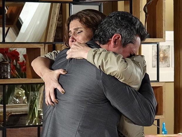 Helo sobrevive a atentado e Stenio se emociona ao encontrar com a ex-mulher (Foto: Salve Jorge/TV Globo)