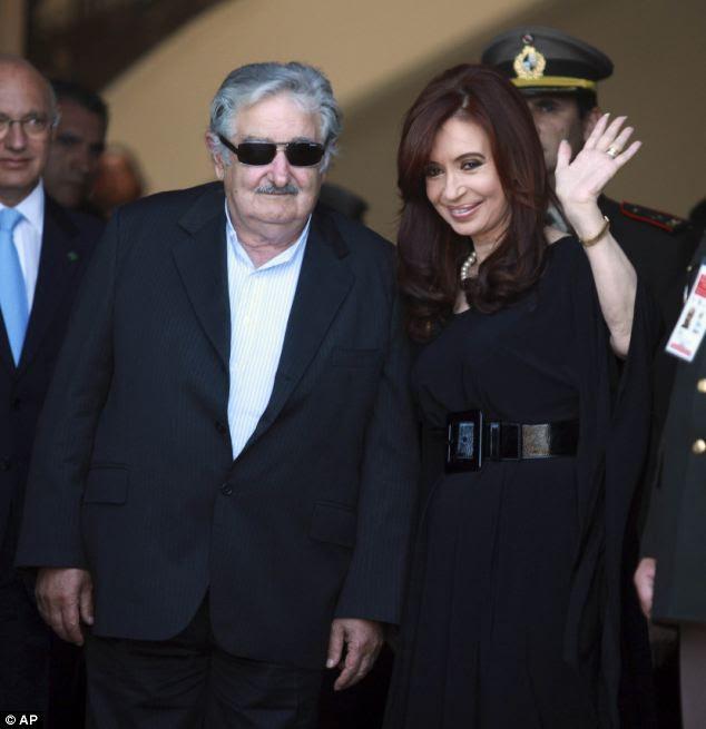 Tensões: Uruguay presidente José Mujia e argentina contrapartida Cristina Fernandez de Kirchner na cúpula do Mercosul em Montevidéu.  O bloco anunciou navios com bandeiras Falkland Islands seria banido de seus portos