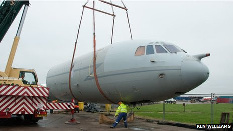 VC10 being lifted on to a lorry