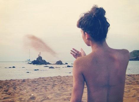 El primer 'topless' de 2012: Úrsula Corberó disfruta de los primeros rayos de sol