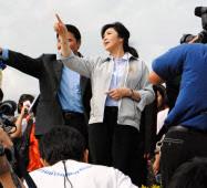 タイ政府は洪水被害の再発防止に自信をみせる(10日、ナワナコン工業団地の防水壁を視察したインラック首相)