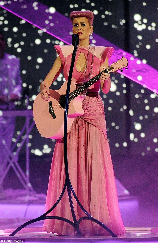 "Feliz: Katy Perry depois ela twittou uma ""noite incrível"""