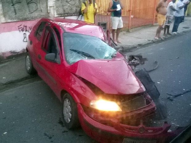 Parte do carro ficou destruída após acidente (Foto: Henrique Mendes/G1)